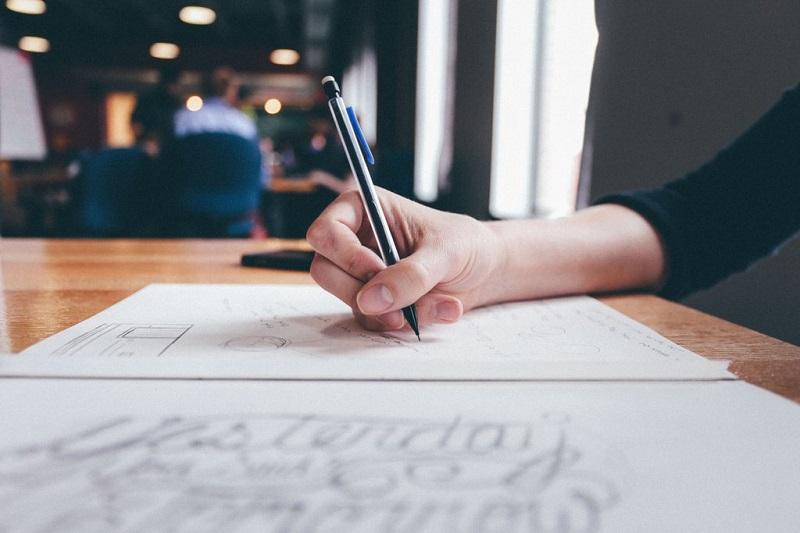 femme-ecrire-crayon