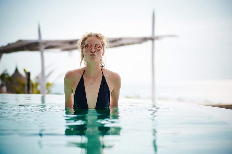 femme-piscine-lunettes-de-soleil-bisou-s-aimer
