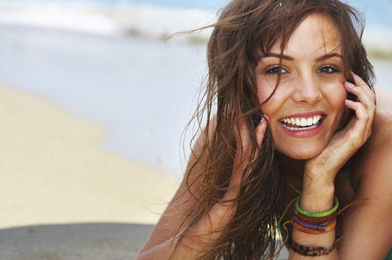 couleurs-maquillage-ete-bronzage-femme-plage