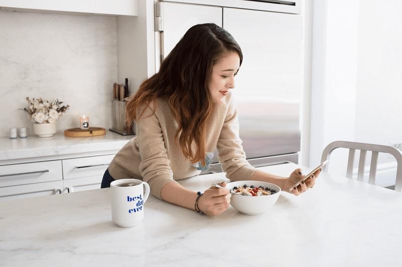 femme-prend-son-petit-dejeuner-telephone-smartphone-regime-