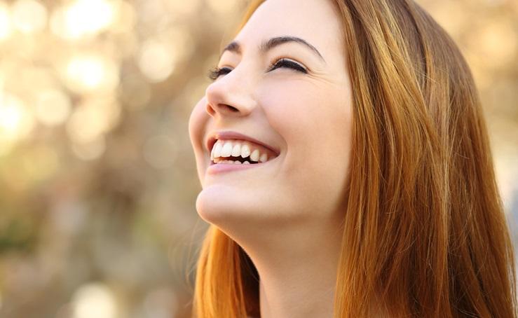 comment-choisir-son-soin-anti-age-peau-jeune-femme-qui-sourit
