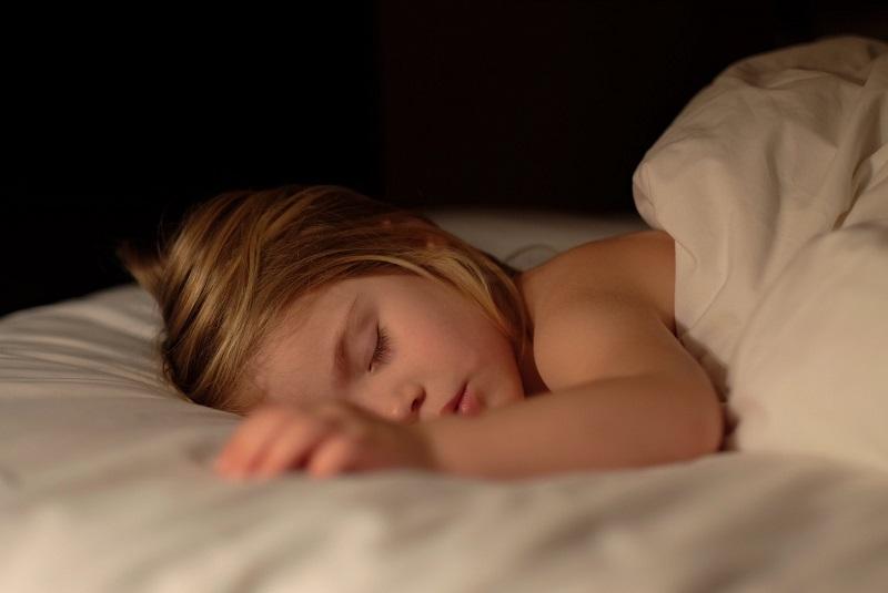 comment-endormir-son-enfant-petite-fille-qui-dort-sur-le-ventre