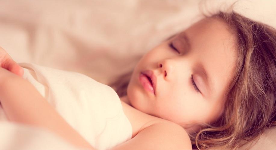comment-endormir-son-enfant-petite-fille-qui-dort