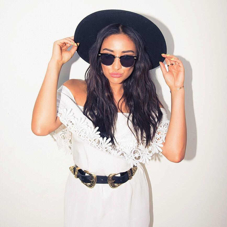 comment-porter-la-ceinture-originale-femme-robe-blanche-chapeau-ceinture-noire_1