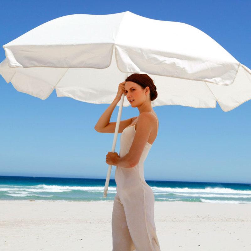femme-parasol-se-mettre-a-l-ombre-pour-proteger-sa-peau-plage