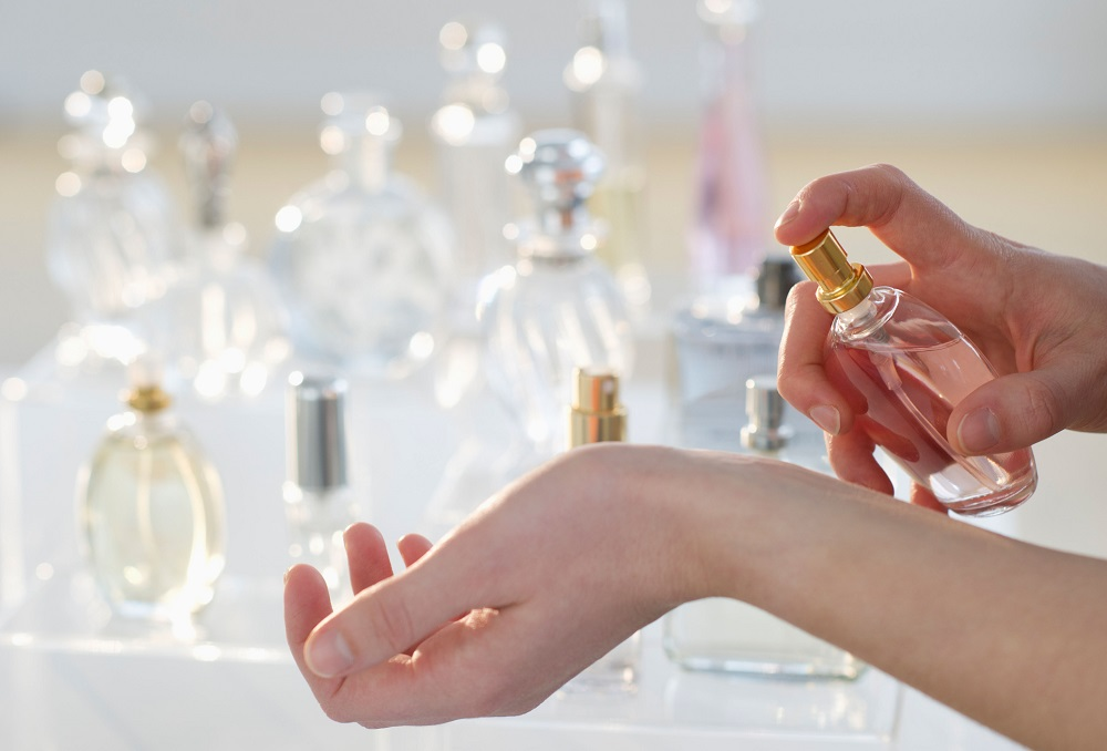 l-astuce-infaillible-pour-faire-tenir-son-parfum-toute-la-journee