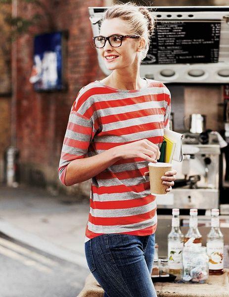 comment-porter-des-rayures-t-shirt-raye-rouge-gris-femme-lunettes