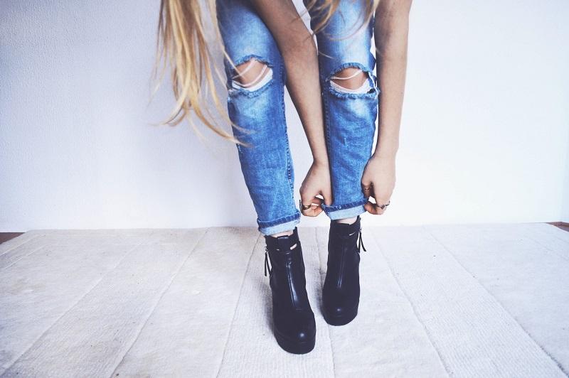 femme-celibataire-jean-bottines-noires