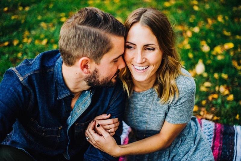 couple-heureux-jalousie-communication-calin-jalouse