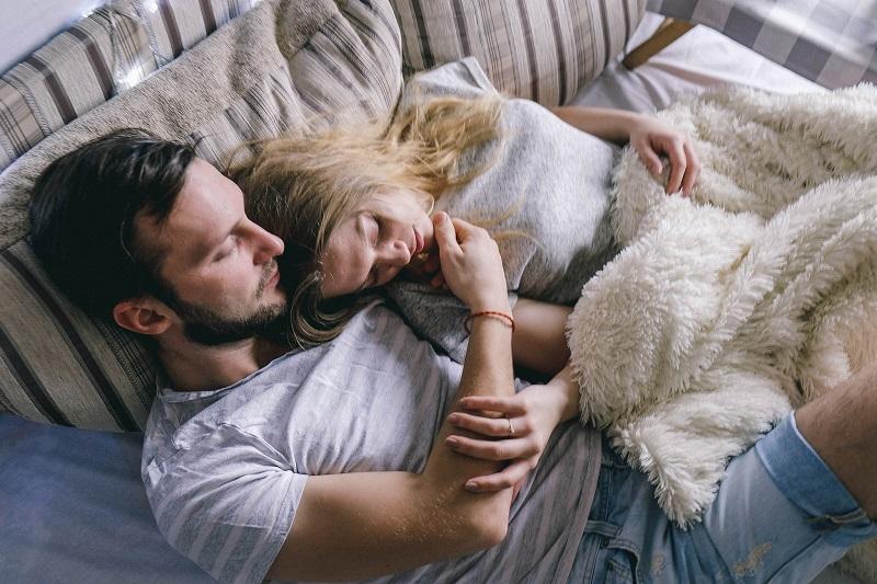 couple-homme-femme-au-lit-prendre-confiance-en-lui