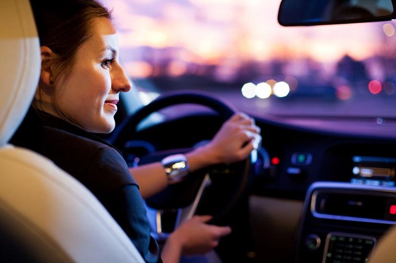 femme-voiture-conduire-conduite-nuit