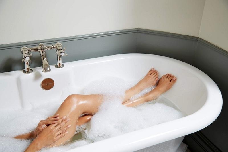 prendre-un-bain-moussant-mousse-femme-baignoire-salle-de-bain