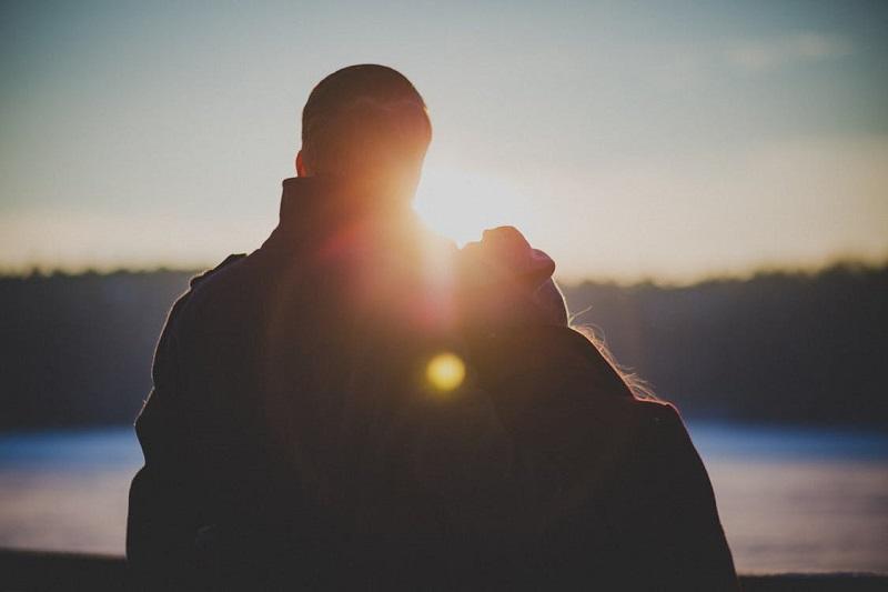 couple-amoureux-paysage