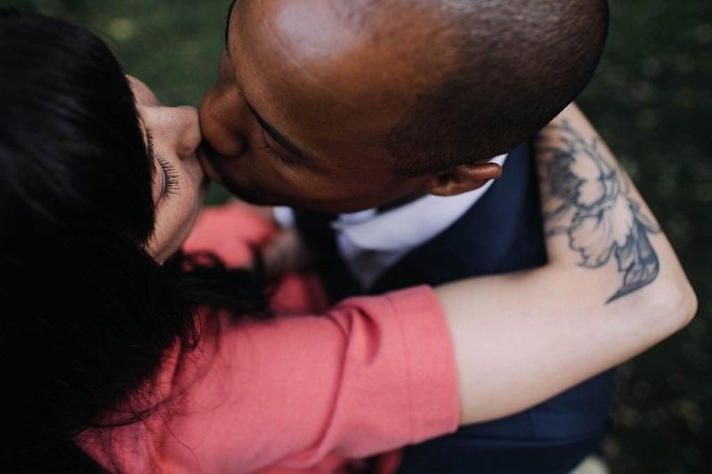 couple-qui-s-embrasse-baiser-bisou-amoureux