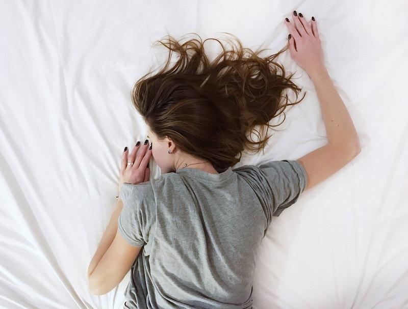 dormir-femme-allongee-lit