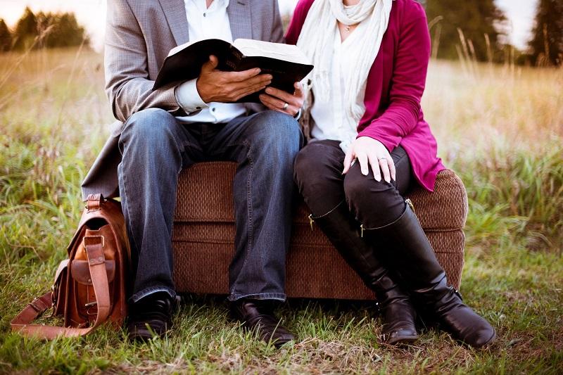 lire-un-livre-ensemble-couple-amoureux