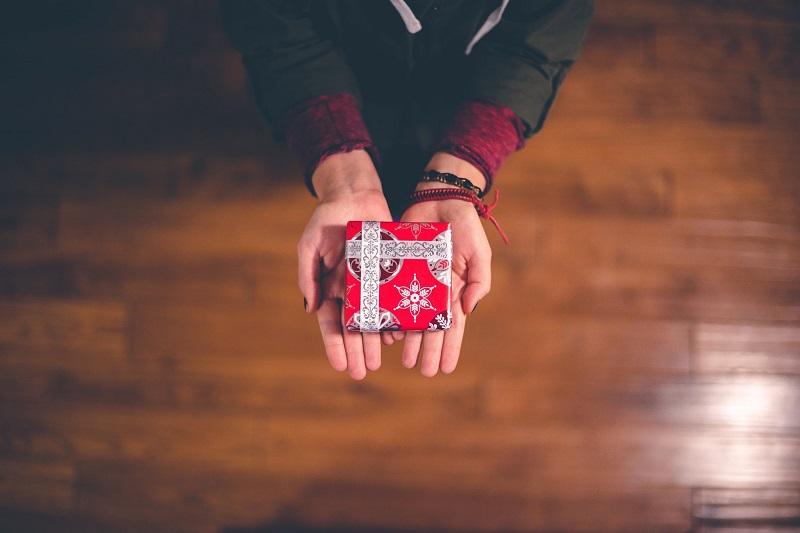 petit-cadeau-offrir-surprise-papier-cadeau