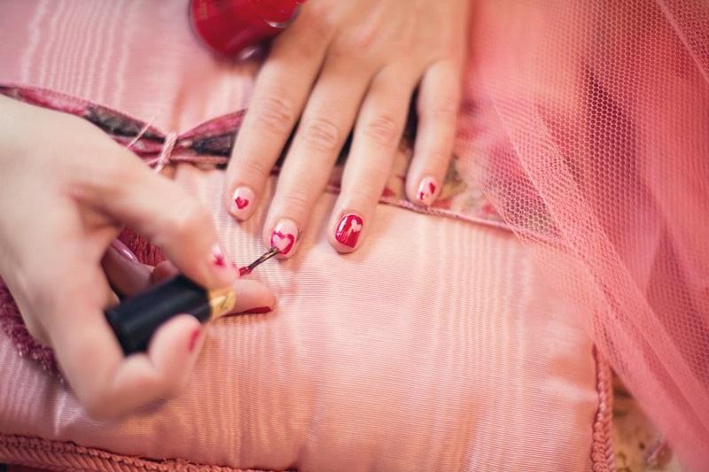 comment-avoir-de-beaux-ongles-nail-art-rose-coeur-manucure-ongles-longs