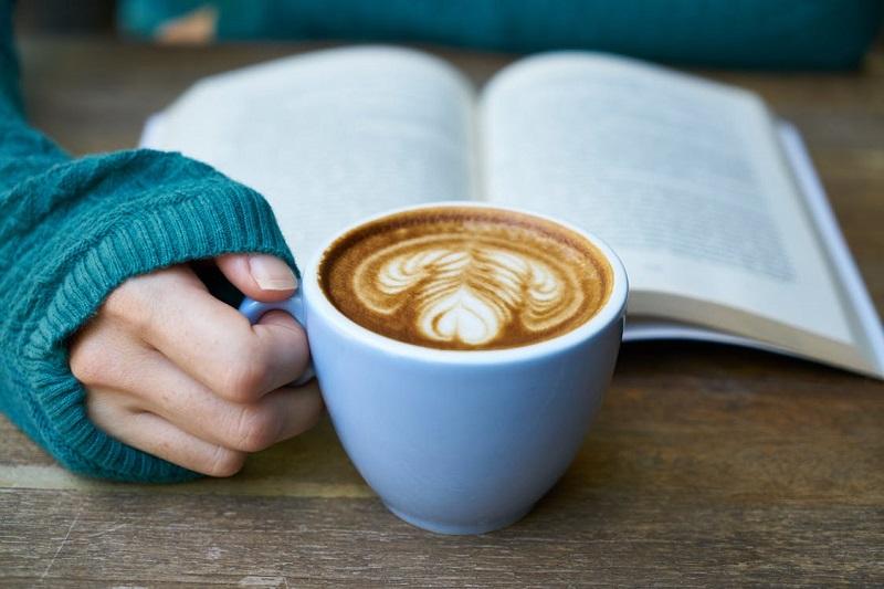 lire-en-buvant-son-cafe-activite-ressourcante-vacances