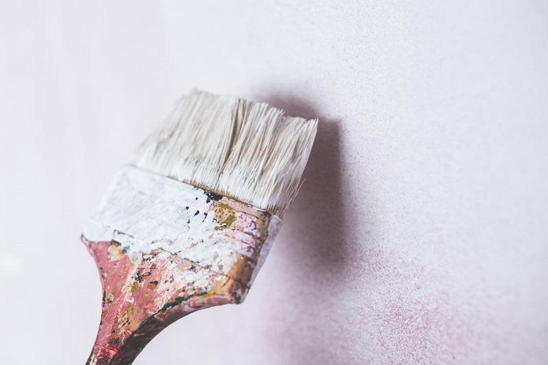 pinceau-peindre-en-blanc-peinture-salon-salle-a-manger-deco-conseils