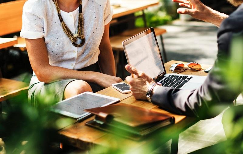 reunion-collegue-conseils-travail-bureau