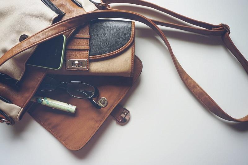 comment-ranger-ses-affaires-trier-conseils-sac-a-main-femme-cuir-lunettes