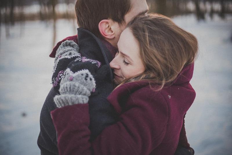 couple-amoureux-calin-neige-gants-dehors