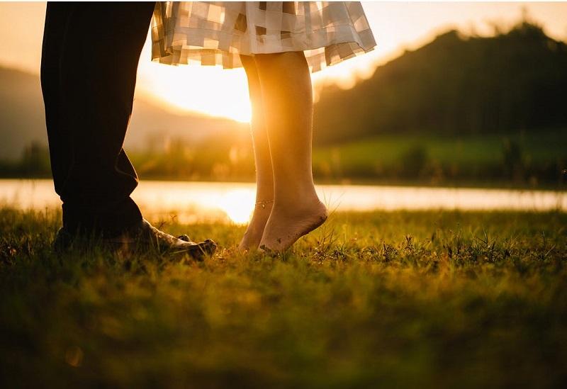 couple-amoureux-s-embrasser-sortir-ensemble-herbe