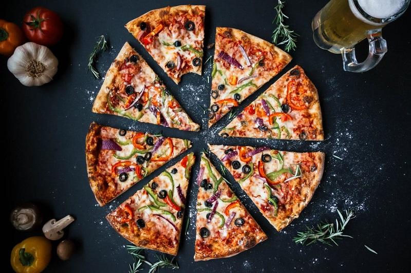 pizza-decoupee-partager-entre-amis-repas-pizza-maison