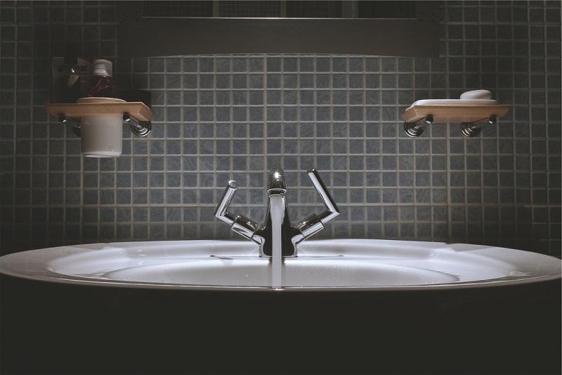 se-laver-les-mains-pour-eviter-de-tomber-malade-robinet-salle-de-bain-evier