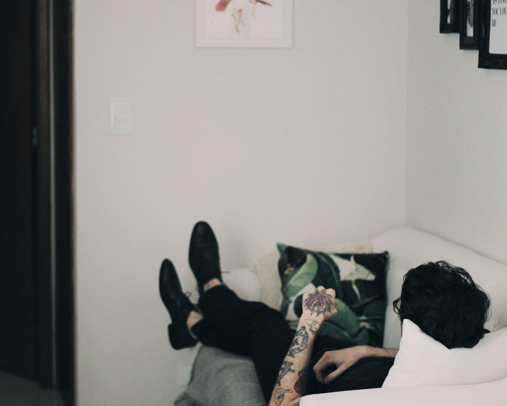 etre-assis-dans-le-canape-tatouages