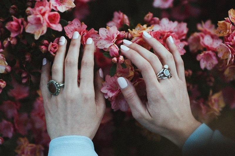 faire-ses-ongles-en-public-nail-art-ongles-blancs