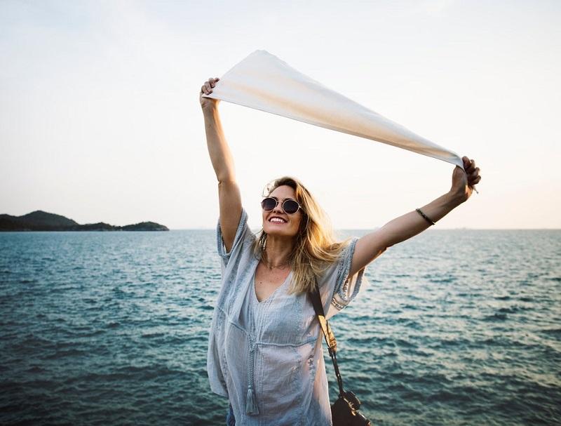 avoir-plus-d-energie-femme-sourire-mer