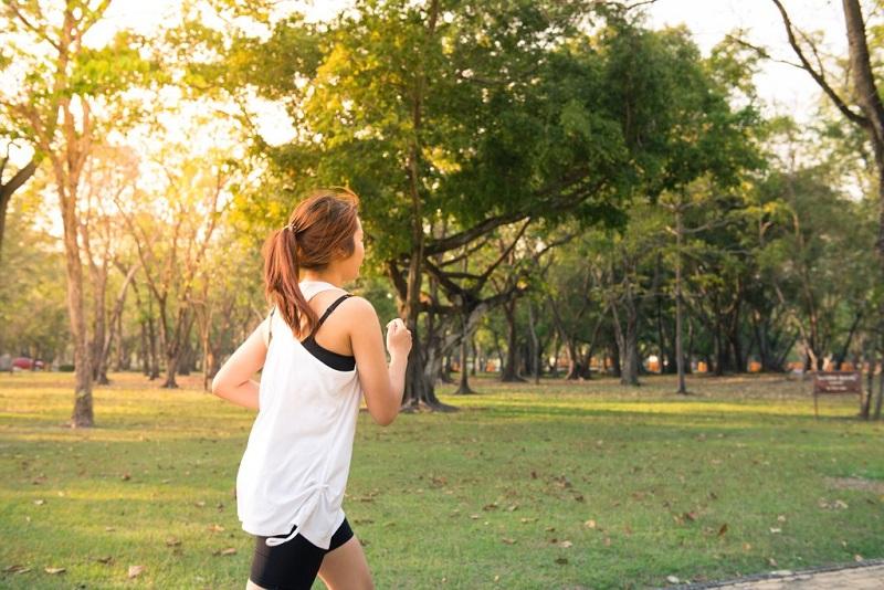 courir-dans-le-parc-running-femme-perdre-du-poids