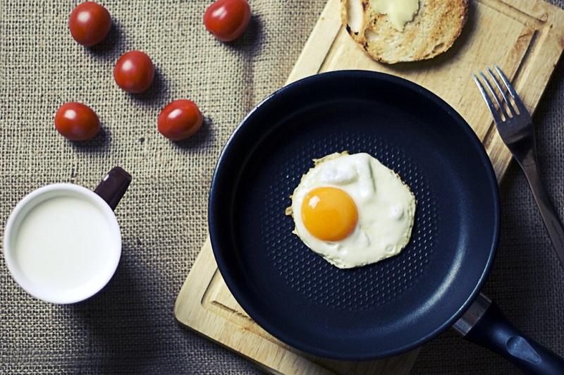manger-des-oeufs-au-petit-dejeuner-oeuf-sur-le-plat