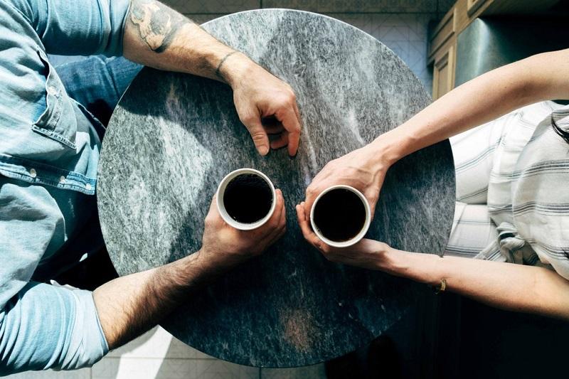 boire-un-cafe-en-amoureux-couple-ensemble