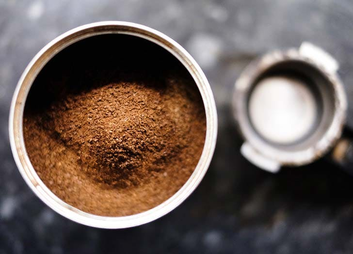 cafe-moulu-pour-rafraichir-le-frigo-astuce-conseil-menage