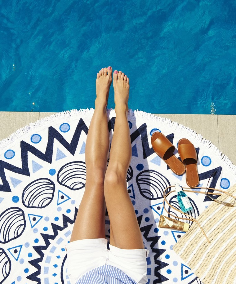 partir-en-vacances-femme-piscine-soleil-bronzer