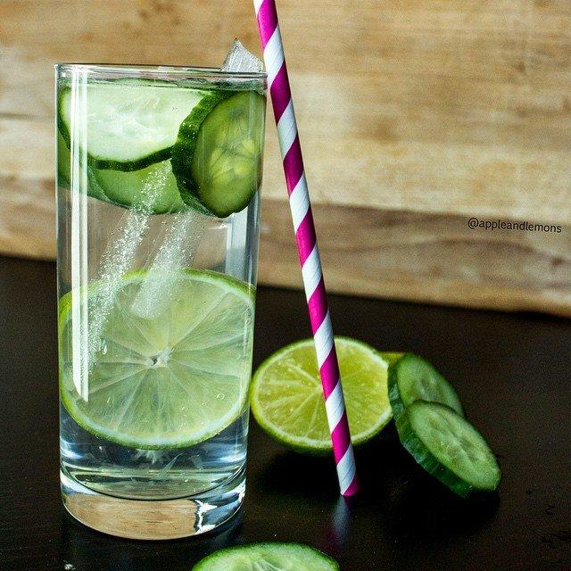 comment-preparer-son-eau-fruitee-soi-meme-concombre-citron-vert