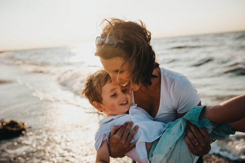 maman-avec-son-enfant-fils-mer