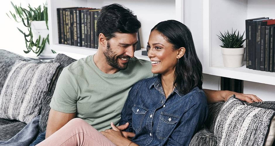 couple-amoureux-canape