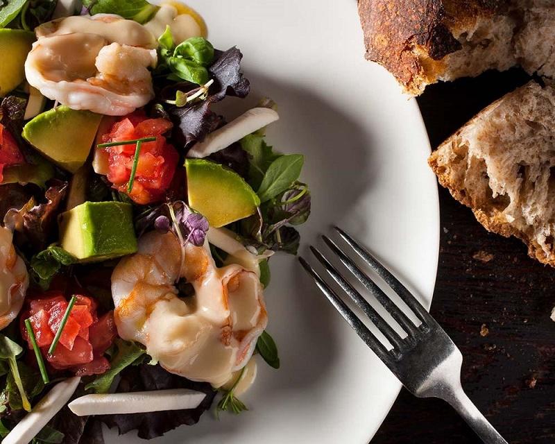 dejeuner-salade-crevette-avocat