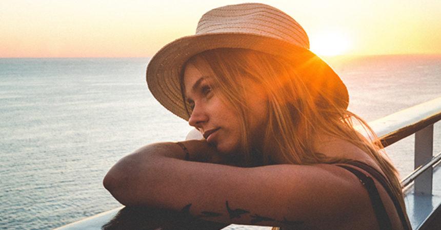 femme-bateau-croisiere-chapeau