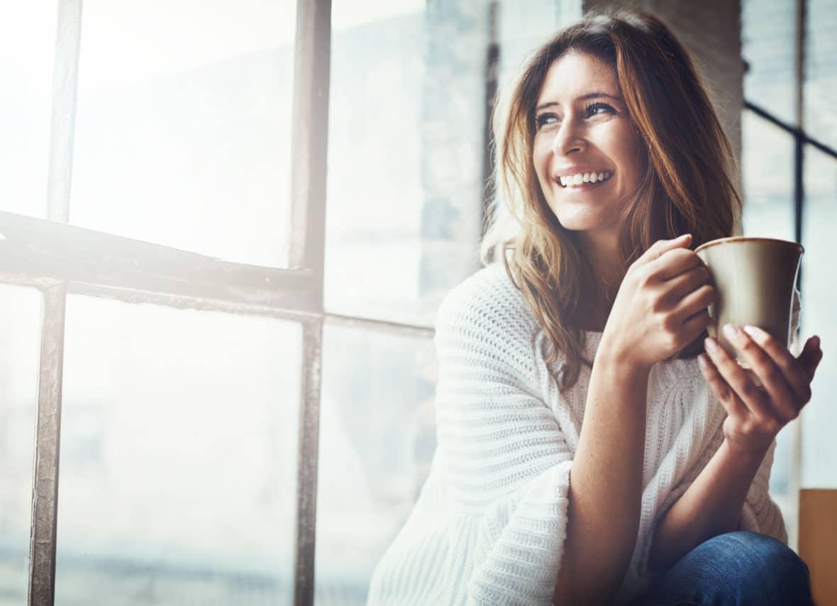 femme-cafe-sourire-fenetre