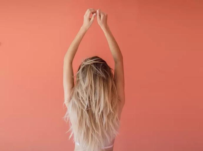 femme-cheveux-blonds