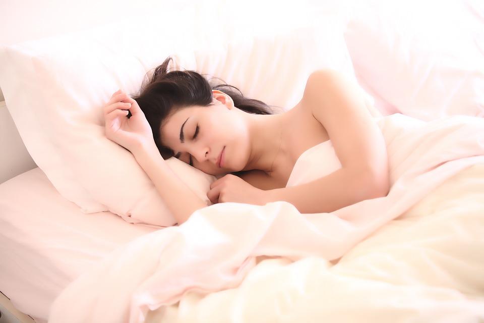 femme-endormie-lit