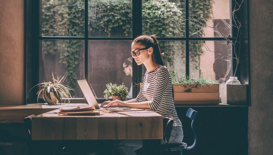 conseils-lettre-motivation-femme-bureau