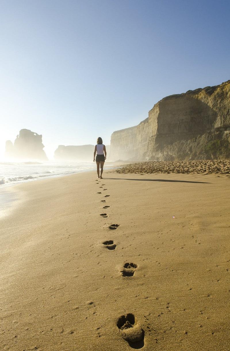 femme-qui-marche-sur-la-plage