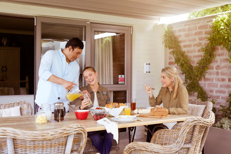 petit-dejeuner-famille-terrasse