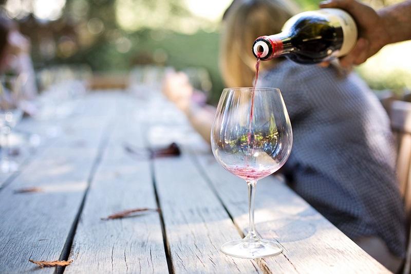 servir-verre-vin-rouge